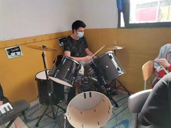Área de Música cuenta con nueva batería acústica.